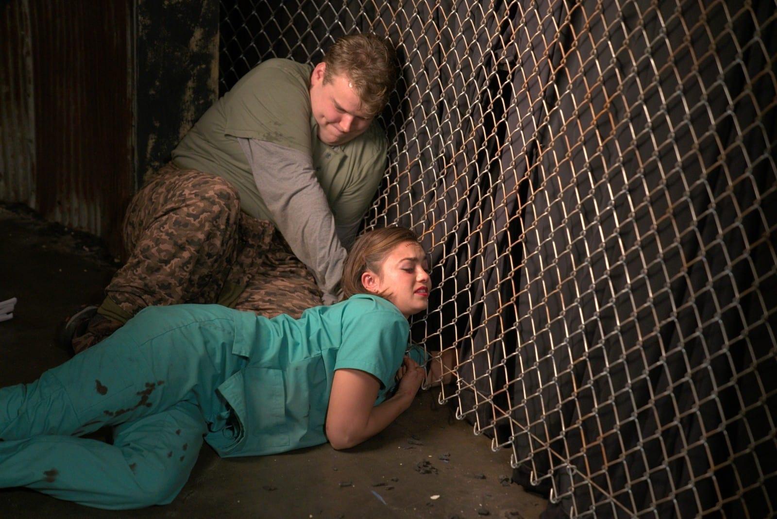 08_Evan (Andrew Caldwell) versucht Angela (Shazi Raja) zu helfen
